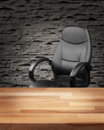 Cadeira de couro executivo e mesa de madeira no interior do escritório de luxo
