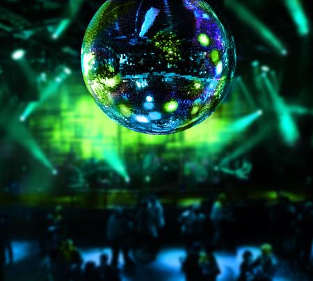 Bailando bajo la bola de discoteca espejo discoteca fondo Foto de archivo - 35863365