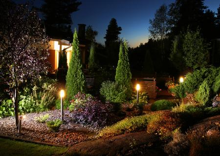 Beleuchtete Hausgarten Abend Terrassenleuchten Beleuchtung Standard-Bild - 44553960