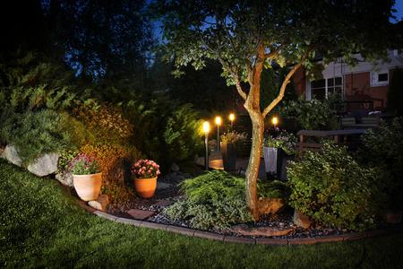 Reflektory ogrodowe w ogrodzie jesienne wieczory patio Zdjęcie Seryjne