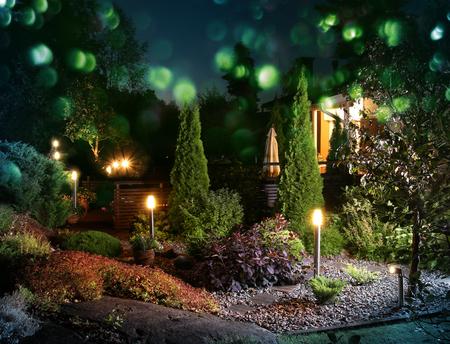 Home tuin patio klaar voor kleurrijke avondfeest Stockfoto
