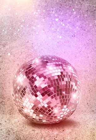 Disco-Spiegelkugel auf verfallenen Vintage-Farbhintergrund