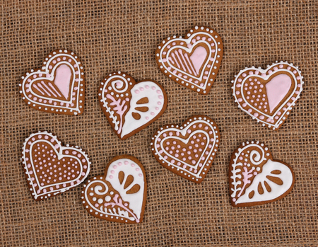 Baked heart shape gingerbread cookies on burlap background 版權商用圖片