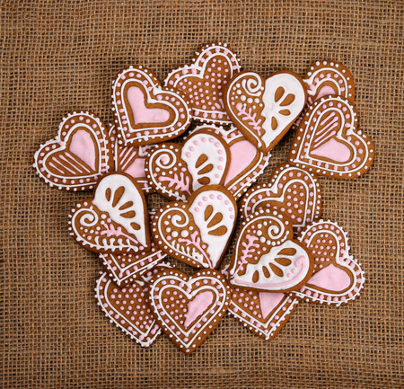 Decorated heart shape gingerbread cookies on burlap canvas background 版權商用圖片