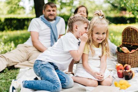Kleine broer die geheimen vertelt aan zijn zus. Stockfoto