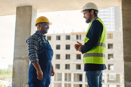 Two engineers discuss work related questions together. Standard-Bild