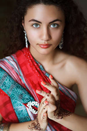 Portrait of Indian girl in sari with pattern of henna on hands Stockfoto