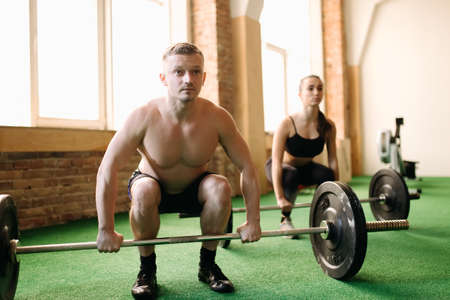 25 29 years: Two people lifting barbells during a gym workout Stock Photo