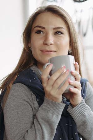 mujer tomando cafe: Recorta el retrato de la mujer disfruta de una bebida en la cafeter�a Foto de archivo