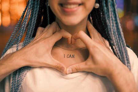 She can love, hand shape heart around tattoo on her neck Stockfoto