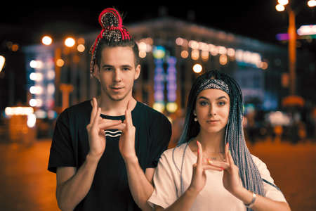 Two unusual young couple hip-hopers portrait in a night city Stockfoto