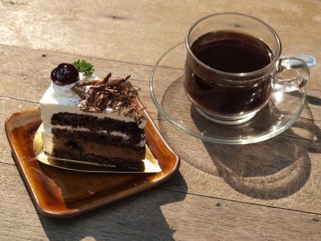 cafe y pastel: taza de caf� y pastel de chocolate