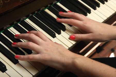 Mano en el piano Foto de archivo