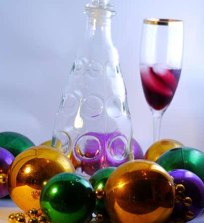 それにいくつかの赤ワインとワインのガラス 写真素材