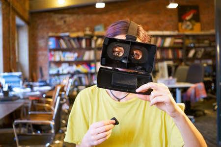 bobo: Juego de la mujer el tonto con gafas de realidad virtual Foto de archivo
