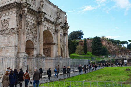 constantin: Tourists around the Arch of Constantin in Rome