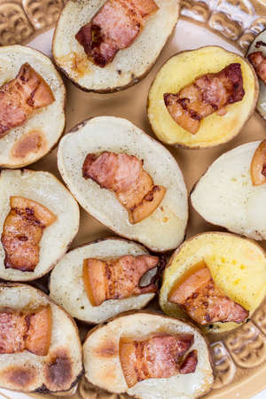 Flat lay baked potatoes with skin and fried bacon. Banque d'images - 144170570