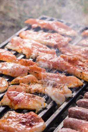 在烤肉格栅的鸡白肉与烟的从火。