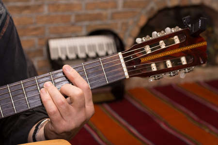 Hand playing chords on the guitar. 免版税图像