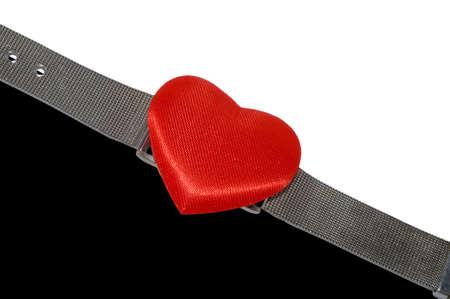 黒と白の背景上に分離されて時計皿の代わりに赤いハート腕時計。