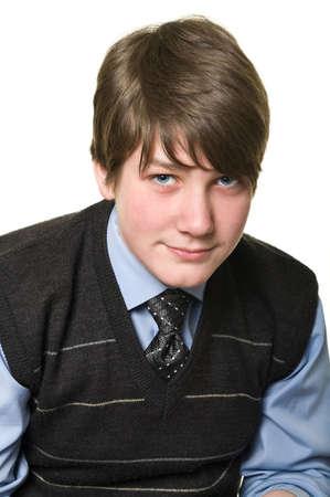Retrato de medio cuerpo de adolescentes un niño aislado sobre fondo blanco. Hombres en la corbata es sentado y mirando la cámara. Foto de archivo - 6535700