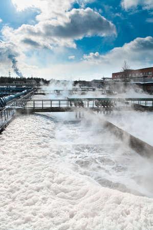 aguas residuales: Grupo de los drenajes de sedimentaci�n grandes. Por organismos biol�gicos en la estaci�n de agua de agua de reciclaje, resolver, purificaci�n en el tanque.