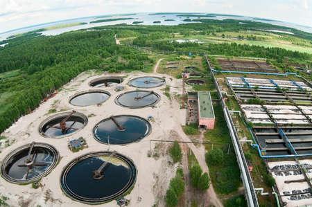 biomasa: Grupo de los drenajes de sedimentaci�n grandes. Agua de reciclaje, resolver, purificaci�n en el tanque por organismos biol�gicos en la estaci�n de agua.  Foto de archivo