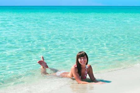 Niña bonita puesta cerca del mar de la Costa Azul