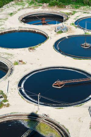 contaminacion ambiental: Agua de reciclaje, resolver, purificaci�n en el tanque por organismos biol�gicos en la estaci�n de agua de alcantarillado. Foto de archivo