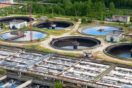 contaminacion ambiental: Grupo de los drenajes de sedimentaci�n grandes. Agua de reciclaje, resolver, purificaci�n en el tanque de organismos biol�gicos en la estaci�n de agua. Foto de archivo