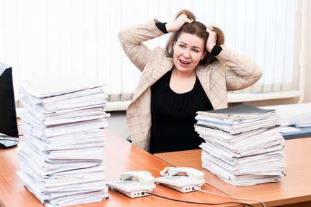 donna entusiasta: Donna eccitato aspetto strappa i capelli sul lavoro