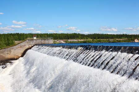 d�bord�: Owerflow d'eau sur le bassin artificiel de stockage Banque d'images