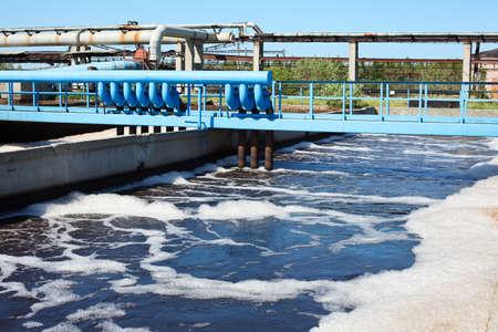 aguas residuales: Agua de reciclaje en la estaci�n de tratamiento de aguas residuales