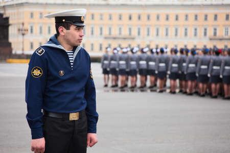 batallón: San Petersburgo, Rusia - 5 de mayo: Cordón de los marineros en el ensayo del desfile antes de la celebración del aniversario 66 del Día de la Victoria en la Plaza del Palacio Editorial