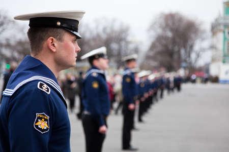 batallón: San Petersburgo, Rusia-el 5 de mayo: Cordon de marineros en ensayo de desfile antes de la celebración del 66 aniversario del día de la victoria en la Plaza del Palacio
