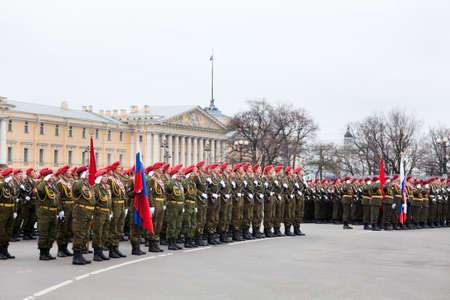 batallón: Saint-Petersburg, Rusia - 05 de mayo - Desfile de ensayo antes de la celebración del aniversario 66 del Día de la Victoria en la Plaza del Palacio