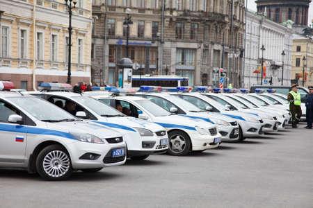 palacio ruso: 5 - Veh�culos de la polic�a rusa de estacionamiento en l�nea en la Plaza del Palacio de San Petersburgo, Rusia - mayo