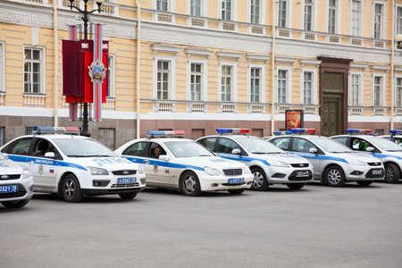 palacio ruso: San Petersburgo, Rusia - 05 de mayo - vehículos de policía ruso de aparcamiento en línea en la plaza del Palacio