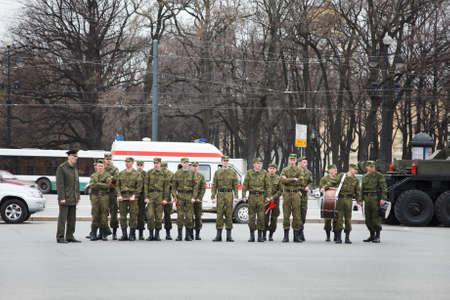 batallón: San Petersburgo, Rusia - 5 de mayo de 2011: orquesta de la banda Millitary en el ensayo del desfile antes del aniversario de la celebración de Día de la Victoria en la Plaza del Palacio.