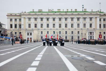 batallón: SaintPetersburg, Rusia - 5 de mayo de 2011: ensayo del desfile antes de la celebración del aniversario 66 del Día de la Victoria en la Plaza del Palacio