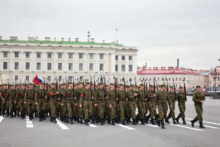 batallón: Saint-Petersburg, Rusia - 05 de mayo - Desfile de ensayo antes de la celebraci?n del aniversario 66 del D?a de la Victoria en la Plaza del Palacio