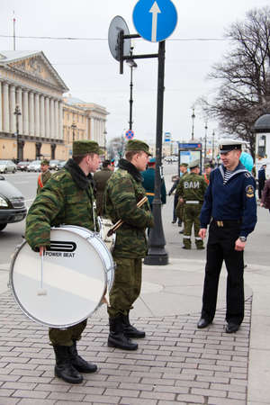 batallón: Saint-Petersburg, Rusia - 5 de mayo de 2011: Millitary jugadores de banda orquesta en los ensayos del desfile antes de la celebración de Aniversario Día de la Victoria en la Plaza del Palacio. Editorial