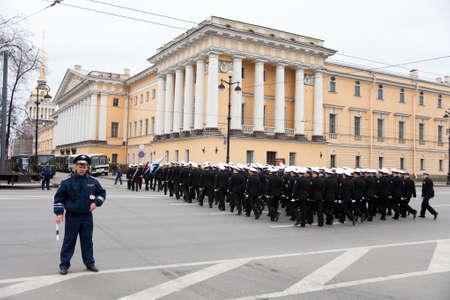 batallón: Saint-Petersburg, Rusia - 5 de mayo de 2011: ensayo del desfile antes del aniversario de la celebración del Día de la Victoria en la Plaza del Palacio. A través de una carretera