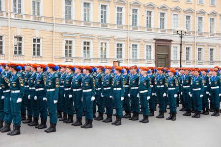 palacio ruso: Saint-Petersburg, Rusia - 05 de mayo - Desfile de ensayo antes de la celebración del aniversario 66 del Día de la Victoria en la Plaza del Palacio