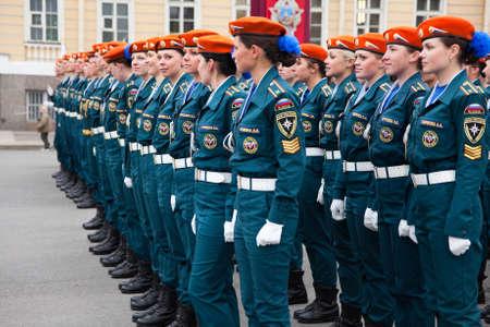 palacio ruso: San Petersburgo, Rusia - 05 de mayo - Desfile de ensayo antes de la celebración del aniversario 66 del Día de la Victoria en la Plaza del Palacio