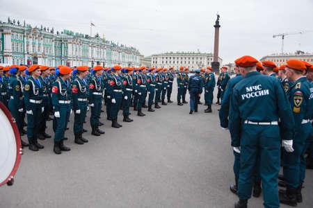 batallón: San Petersburgo, Rusia - 05 de mayo - Desfile de ensayos antes de la celebración del aniversario 66 del Día de la Victoria en la Plaza del Palacio