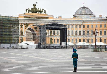 palacio ruso: San Petersburgo, Rusia - 5 de mayo de 2011: Desfile de ensayo antes del aniversario de la celebración del Día de la Victoria en la Plaza del Palacio. Lone soldado centinela Editorial