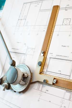 Anticuado dawing tablero con proyecto de plan blanco