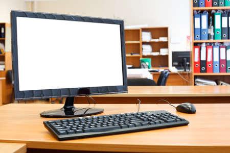monitor de computadora: Moderno equipo personal en el escritorio en la habitaci�n de la oficina Foto de archivo