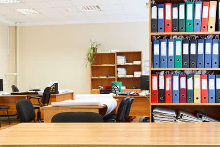 muebles de oficina: Interior de la oficina moderna con mesas, sillas y estantes para libros Nadie